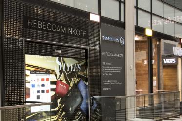 eBay 可购物橱窗试点扩大,采用新型互动玻璃屏幕