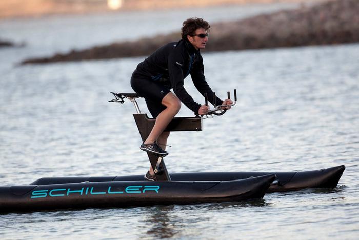 酷毙了的水上自行车 把大海当马路