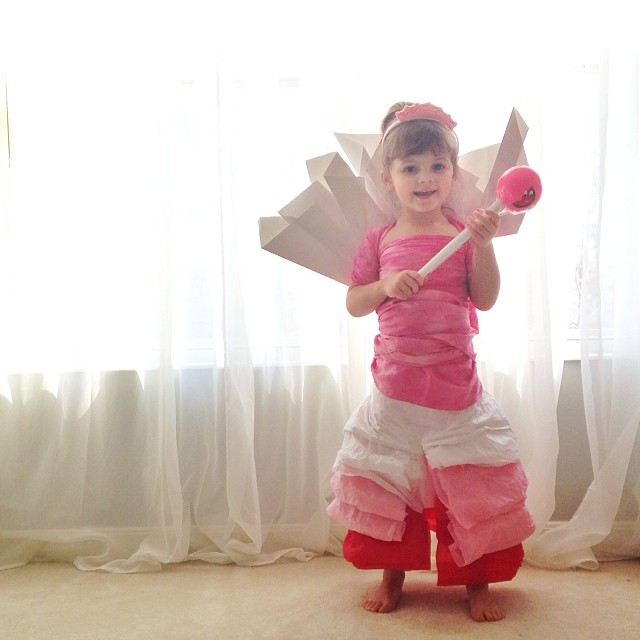 4-year-old-girl-paper-dresses-2sisters-angie-mayhem-20