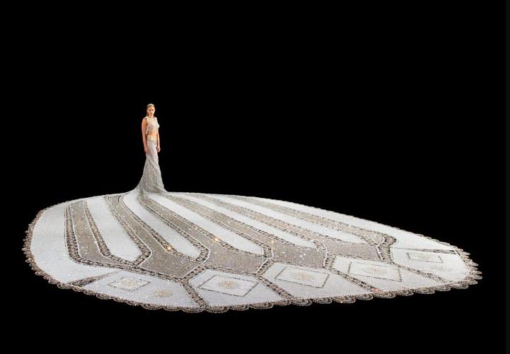 世界上最壮观的婚纱 百万颗珠子 重180公斤