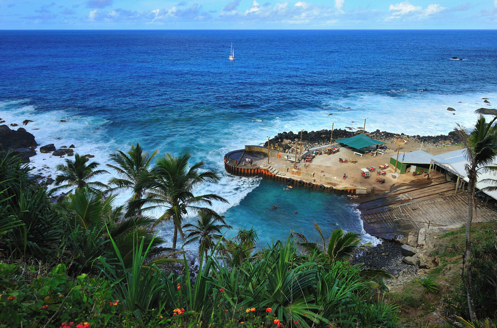 this-is-what-their-swimming-pool-looks-like-the-boats-dock-on-pitcairn-island-is-also-a-popular-place-to-fish