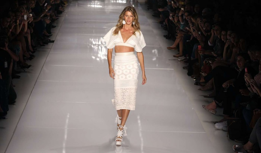 Gisele-Bundchen--Catwalk-at-Colcci-Summer-2015-Fashion-Show--13