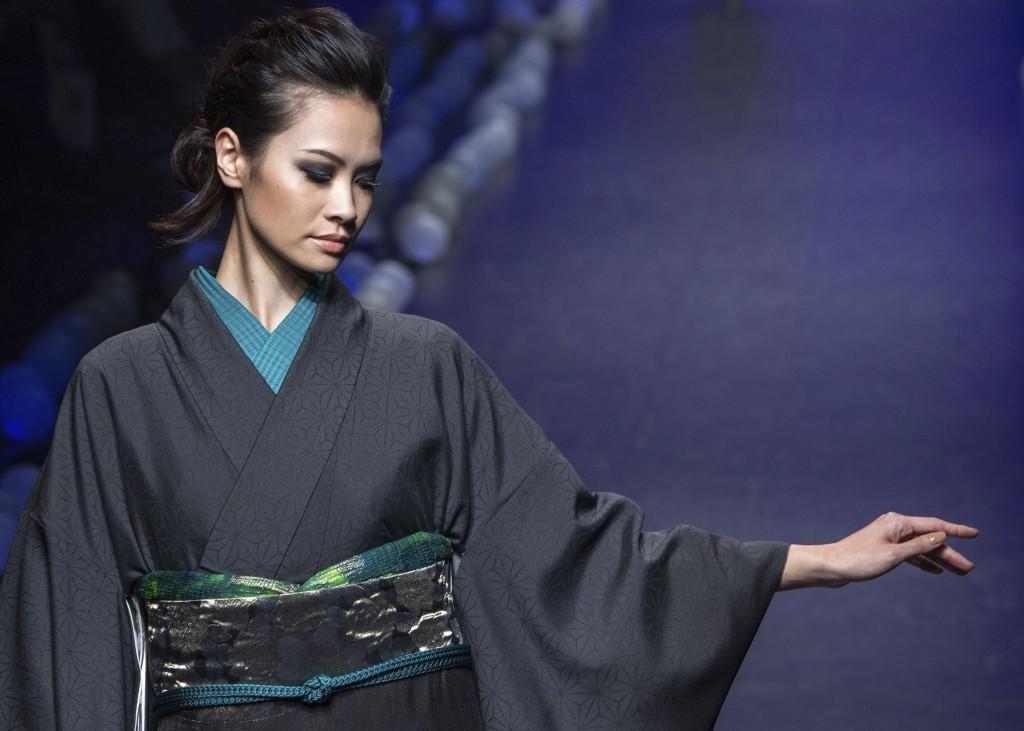 Los-kimonos-del-disenador-nipon-Jotaro-Saito-lucen-en-la-Tokio-Fashion-Week