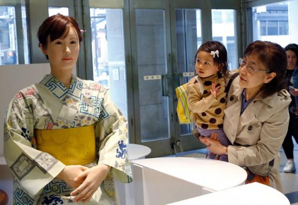 颜值最高的美女机器人空降日本百货公司