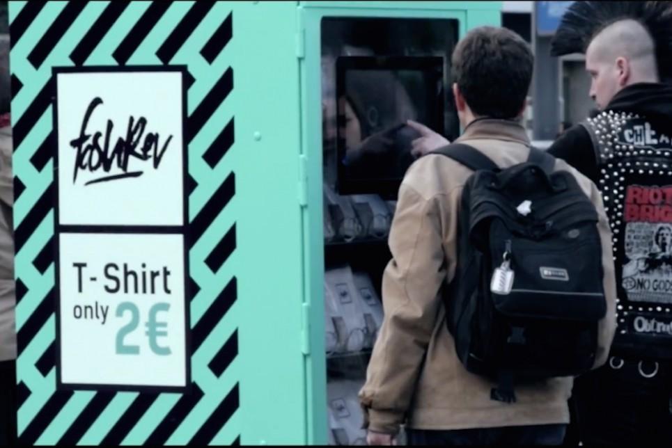 自动T 恤贩卖机:2欧元背后的心酸面孔