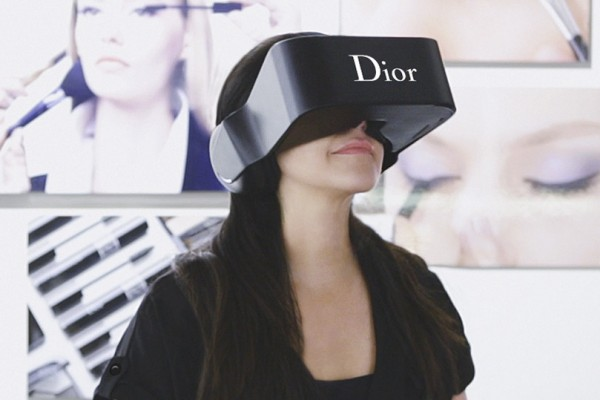 Dior 推出虚拟现实设备,一览秀场后台不是梦