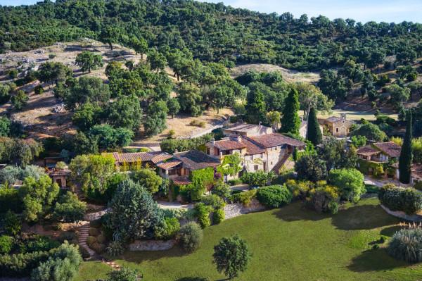 Johnny Depp 以 2600万美元出售法国南部私人村庄
