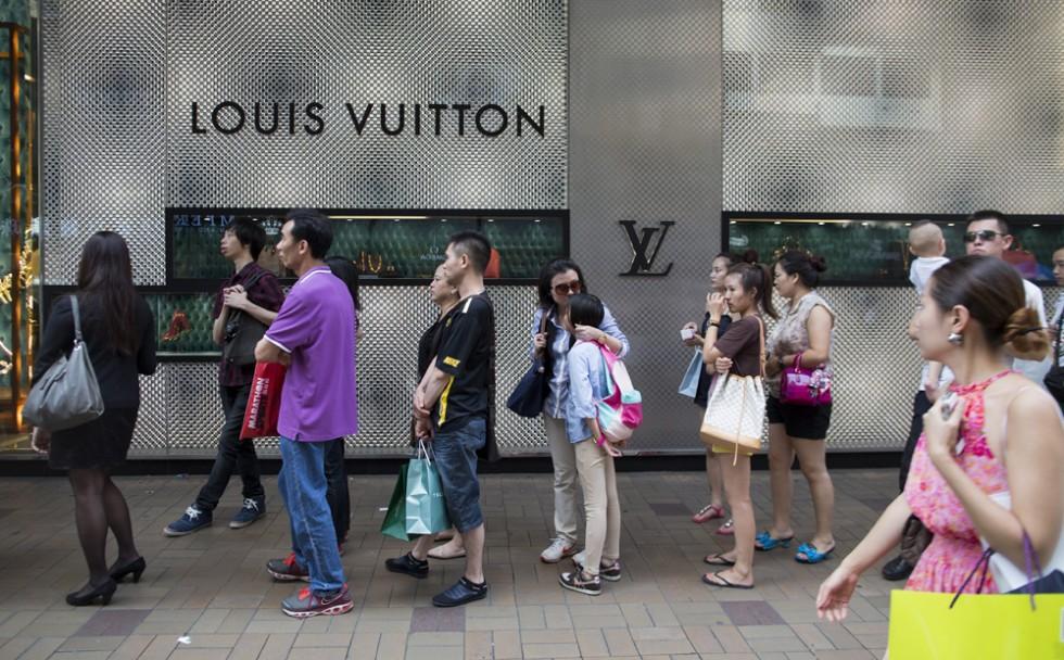 大陆赴港游客锐减致香港零售额连续三个月下滑,五月份降幅缩小