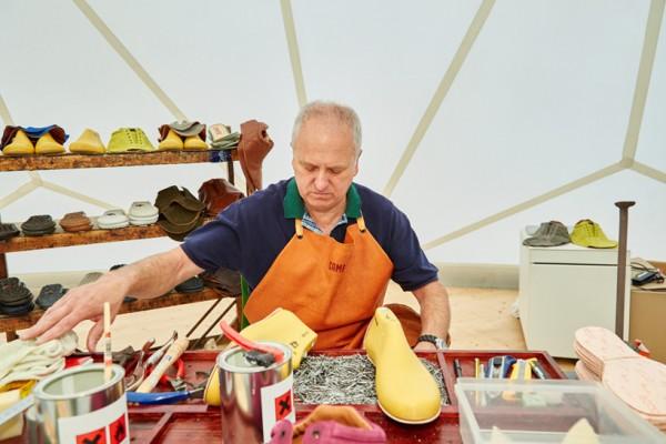 francis-kere-camper-pop-up-shoe-store-vitra-campus-buckminster-fuller-dome-designboom-10