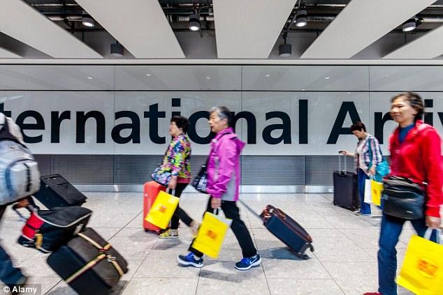 股市大跌,境外购物大涨:上半年中国出境游客消费增长 75%