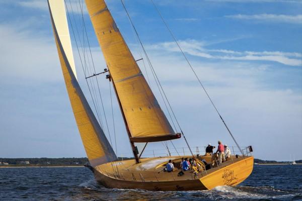 建筑大师 Frank Gehry 86岁玩跨界,设计平生第一艘纯木制帆艇