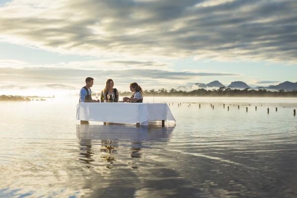 站在海水中吃新鲜生蚝!美食+水上项目成澳洲奢侈旅游新卖点
