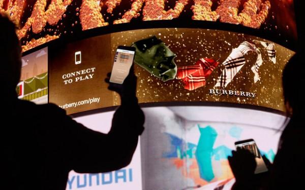 Burberry 联手梦工厂,让顾客通过可视化平台定制围巾