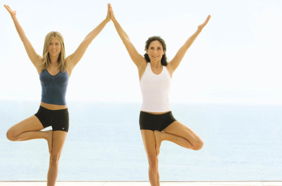 25Jennifer-Aniston-Yoga-580x383