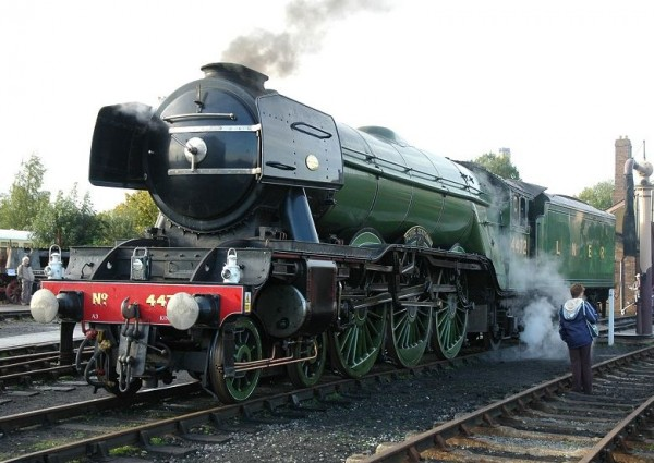 """耗资400万英镑,传奇的蒸汽火车头""""飞翔的苏格兰人""""即将重返英国铁路"""