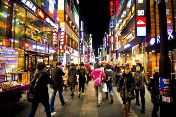 到韩国旅游的中国8090后不再乱买奢侈品,省钱有道,最爱本地货