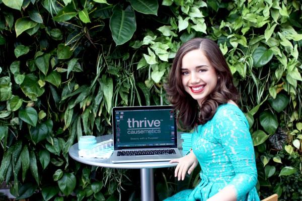 """公益美妆品牌 Thrive Causemetics 纽约时装周办秀,展现""""全脸化妆""""全过程"""