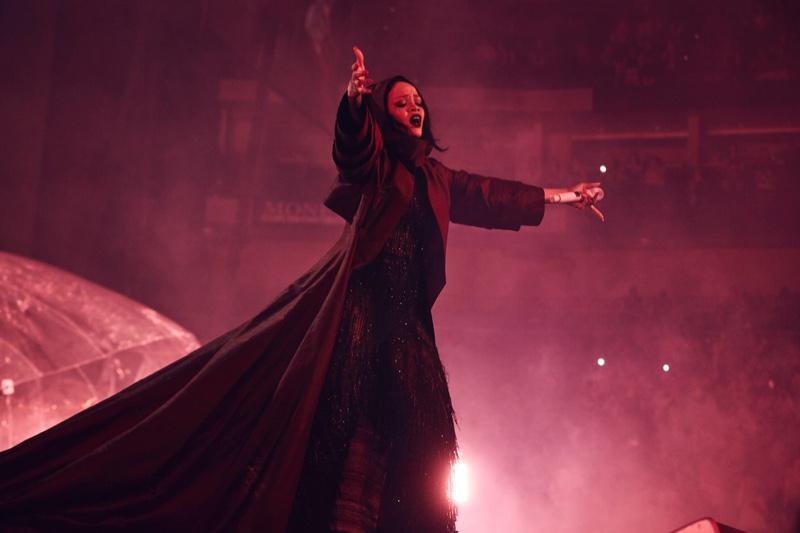 Rihanna-Anti-World-Tour-Giorgio-Armani-Costume1