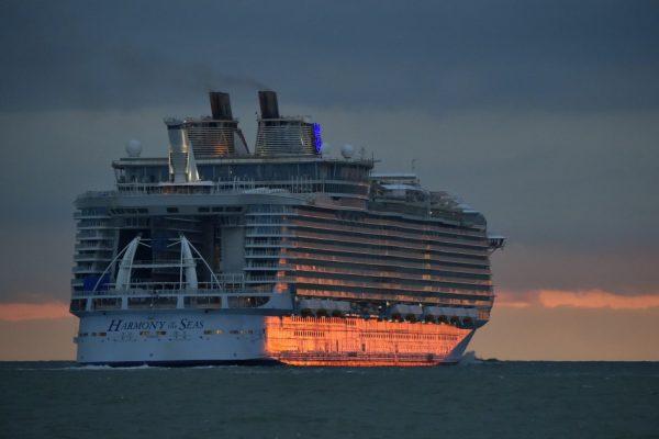 10亿欧元打造的史上最大邮轮 Harmony of the Seas,比埃菲尔铁塔还长!
