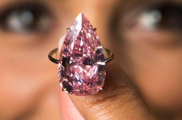 苏富比 3146万美元拍出 15.38克拉梨形粉钻,创同类宝石拍卖新高