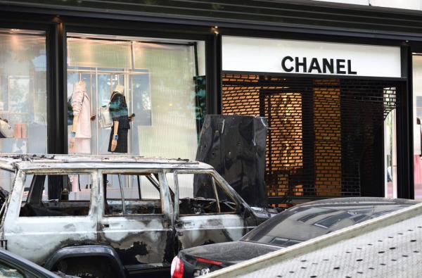 Chanel 巴黎大劫案回放:歹徒驾越野车破门而入,损失逾30万欧元