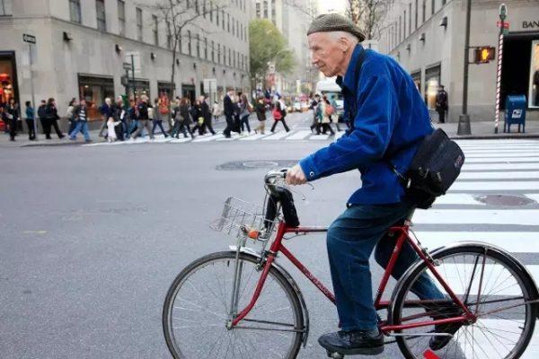 那个身穿蓝色夹克,踩着自行车在街头拍照的老人离开了:街拍始祖 Bill Cunningham 逝世,享年87岁