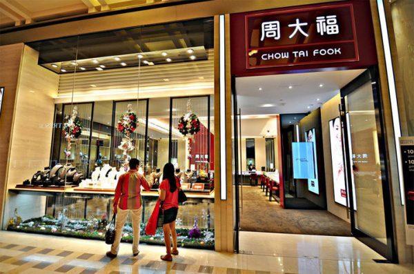 大陆市场表现好转,周大福新财年第一季度同店销售额跌幅收窄,港澳市场前景依旧堪忧