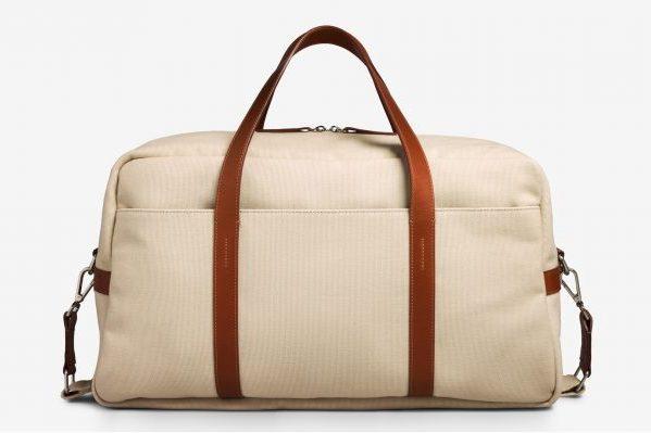 互联网轻奢手袋品牌 Oliver Cabell宣称透明定价,承诺意大利品质,而零售价仅为成本的两倍