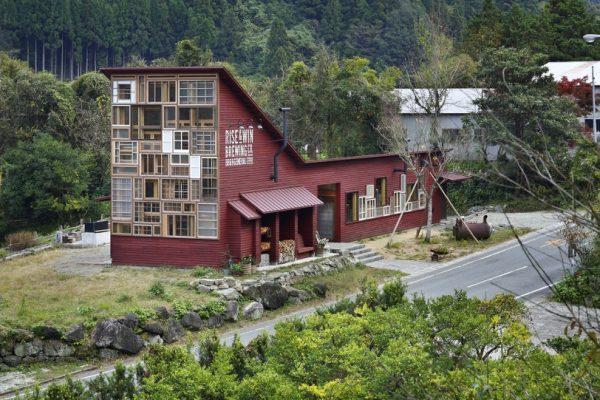 在这个垃圾回收率高达80%的日本小镇,出现了一座完全使用回收废物打造的建筑
