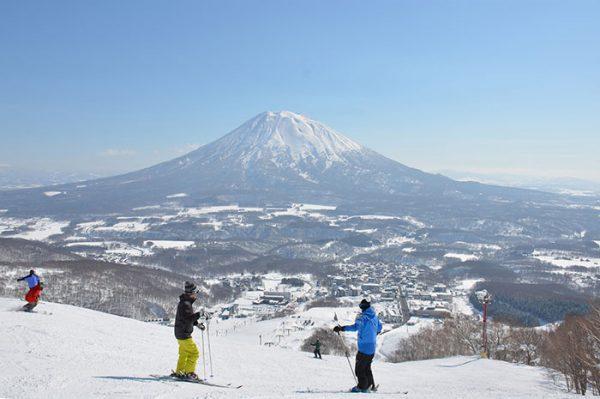 日本北海道这个5000人口的小镇去年接待了80万国际滑雪游客