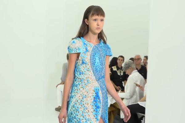 3D 打印时装又有新突破,看看纽约时装周上这条漂亮的3D变色连衣裙吧!