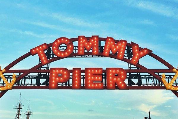 秀场太小,Tommy Hilfiger 办起了时尚嘉年华:即秀即买、纹身店,摩天轮、龙虾卷