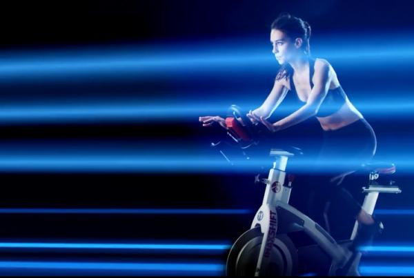 在Imax电影院骑动感单车是一种怎样的体验:45分钟穿越星际和海滩