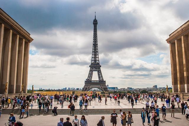 亚洲匿名买家 52万欧元拍得埃菲尔铁塔一段原始楼梯