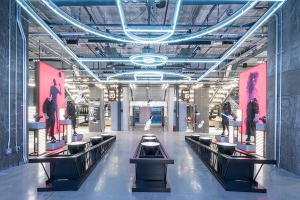 Adidas 全球最大门店于纽约第五大道开张,设计灵感来自美国高中体育馆
