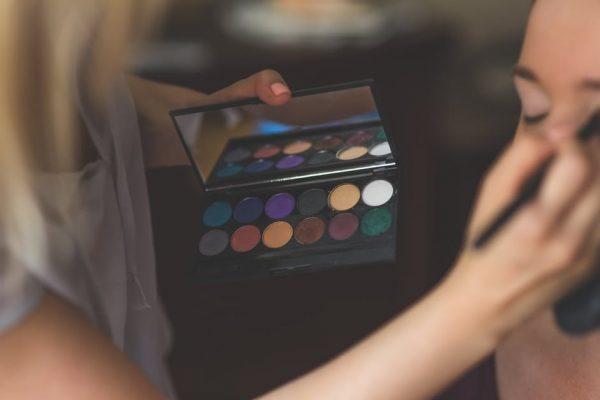 解析美容服务行业两大新模式:单一服务美容吧 vs.按需预约上门服务app
