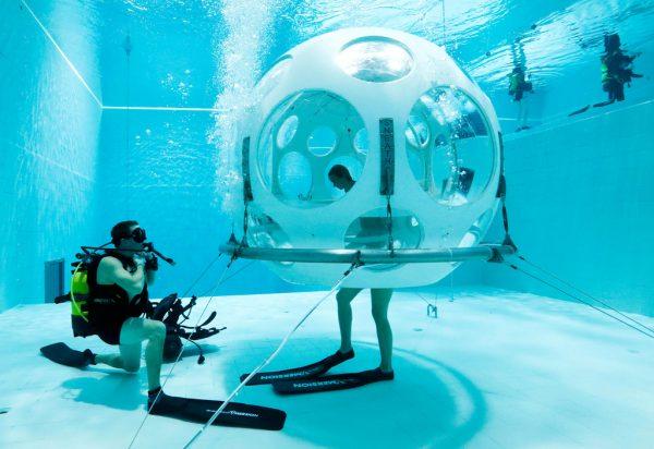 潜水去用餐!比利时的全球最深泳池推出水下餐厅