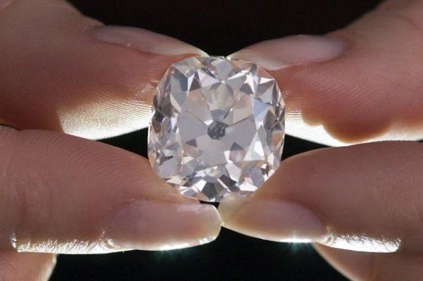 """30年前在旧货市场10英镑买到的戒指如今被苏富比鉴定为""""真钻戒"""",估价 35万英镑,下月拍卖"""