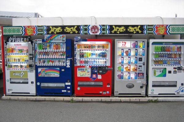 应对来自便利店的激烈竞争,日本自动售货机运营商纷纷亮出新玩法