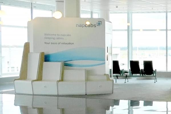 """机场滞留乘客的福音!美国各大机场进一步扩大""""休息舱""""供应"""
