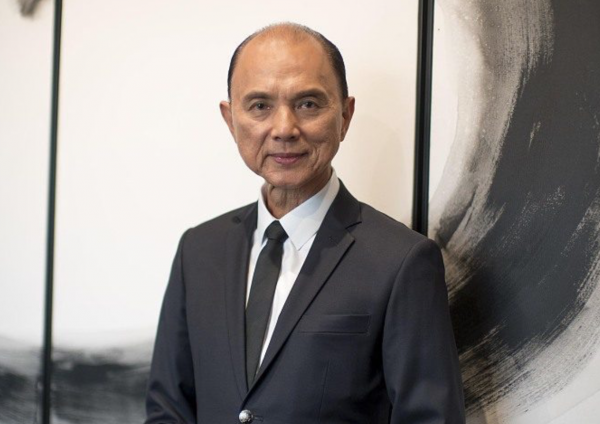《华丽志》独家专访Jimmy Choo品牌联合创始人、传奇华裔鞋履大师周仰杰:做设计前要先学会做人!