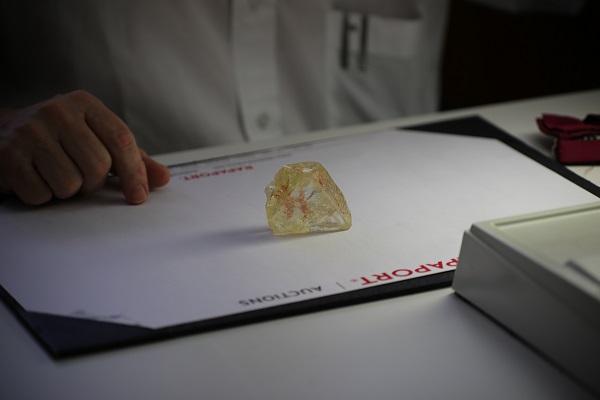 """摆脱""""血钻""""恶名,塞拉利昂政府将于12月拍卖 706克拉钻石原石""""和平钻"""""""