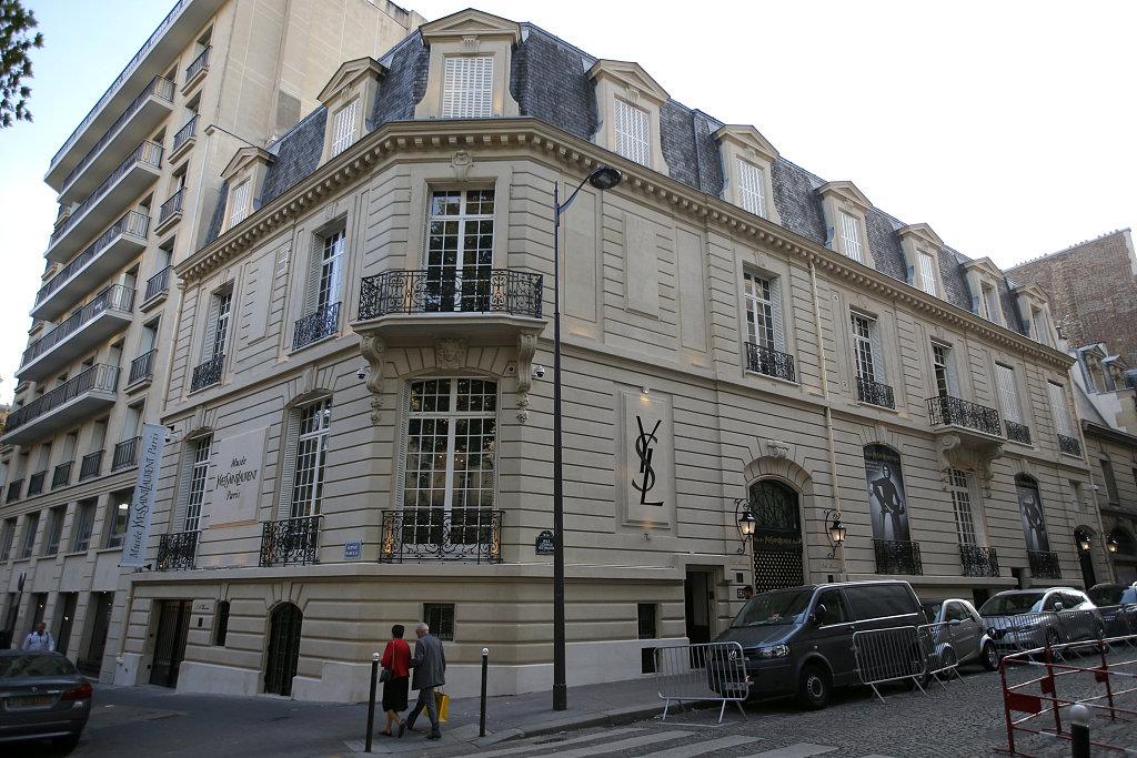 Yves Saint Laurent 巴黎纪念馆将在线展出约7000件藏品