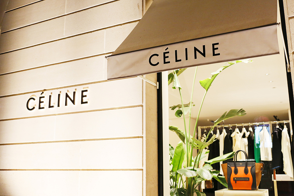 "LVMH 集团旗下最后一个""不触电""的时尚类品牌:Céline 终于也要开通电商了!"