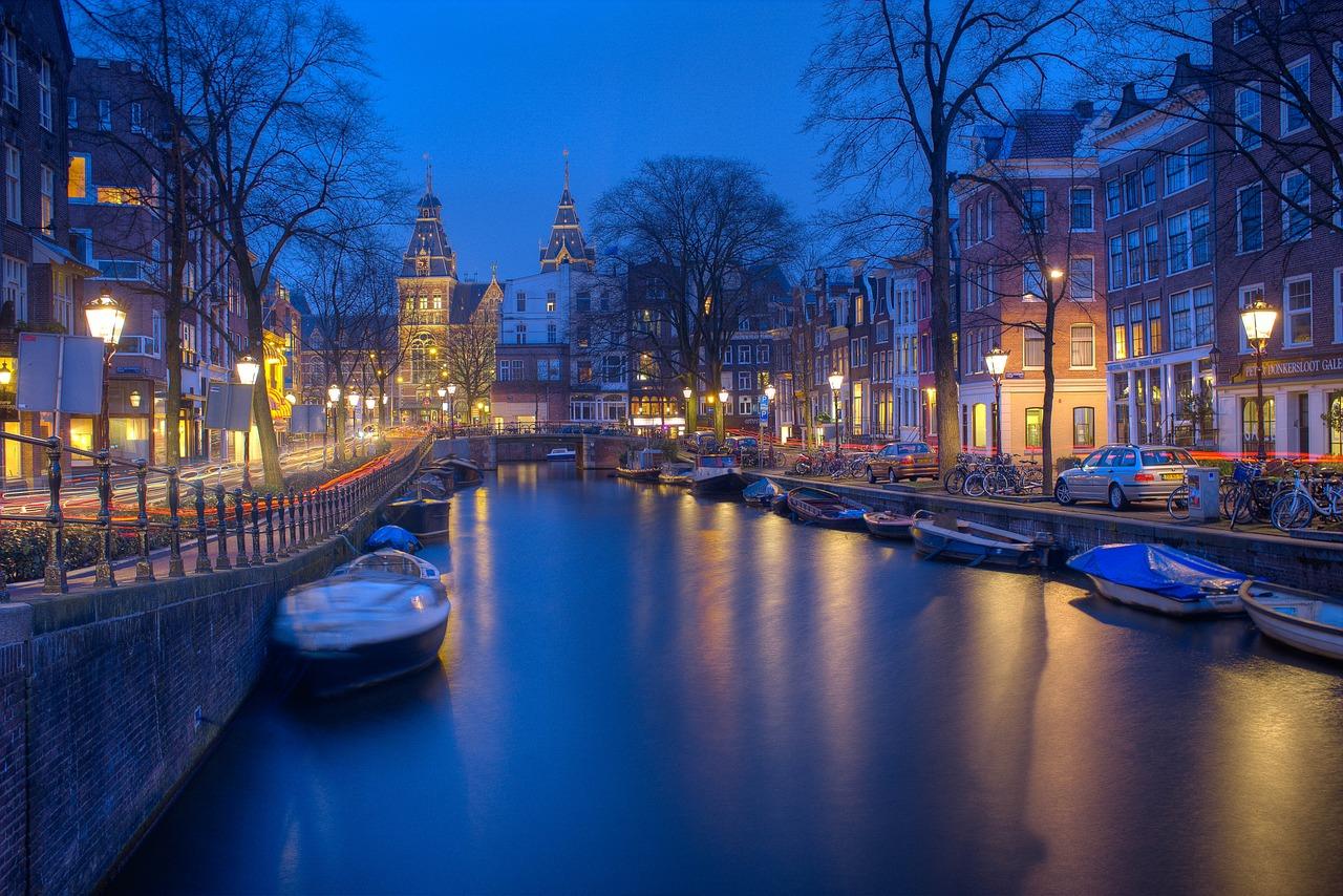如何把热情的游客挡在门外?阿姆斯特丹采取严格措施,为过度发展的旅游业泼冷水