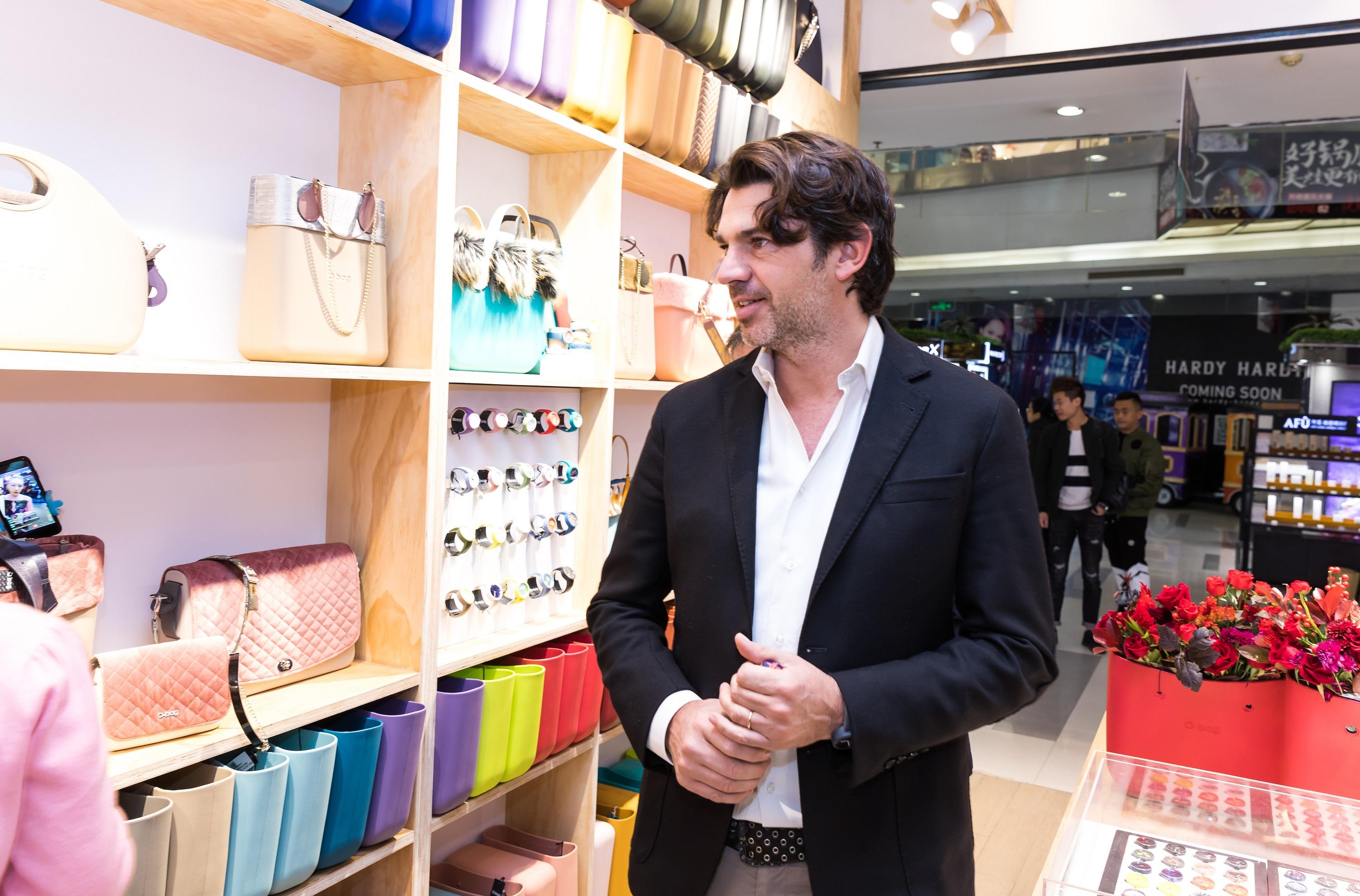 拥有60万种搭配可能的O bag是如何在高手林立的意大利时尚界异军突起的?《华丽志》独家专访品牌创始人Michele Zanella
