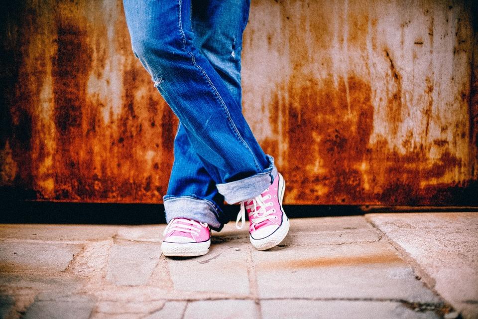 """利用肠道中常见的微生物,加州伯克利的研究人员创造了让牛仔裤变蓝最""""绿""""的方法"""