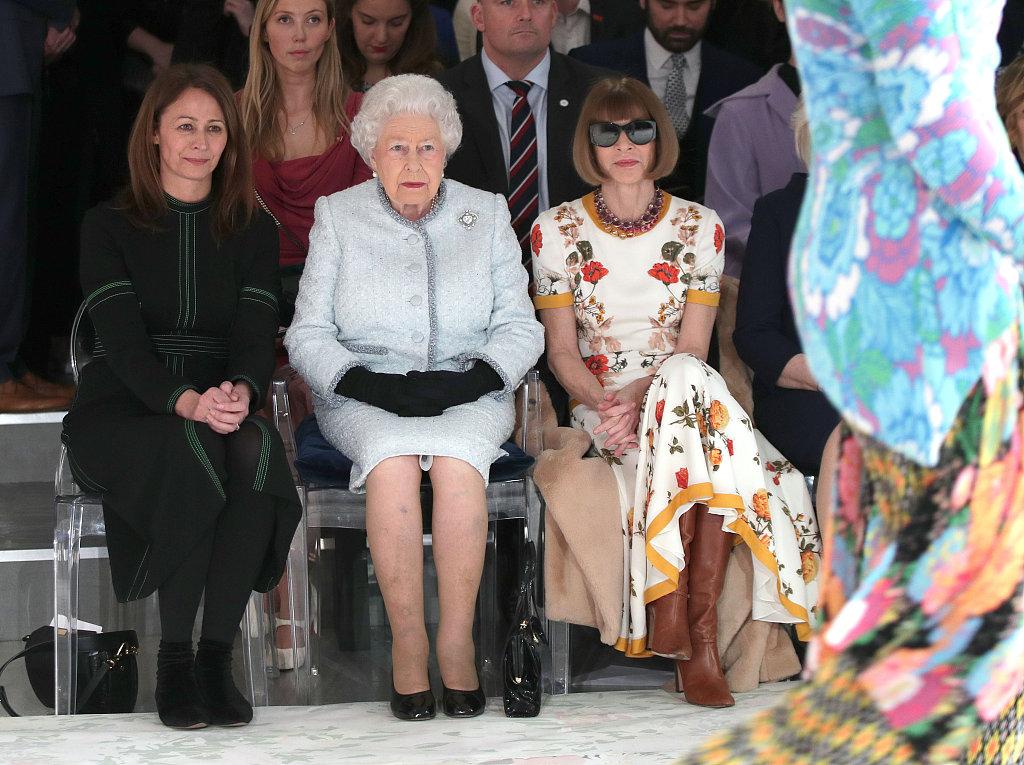 英国女王伊丽莎白二世首次现身时装秀场,看完秀又为年轻设计师 Richard Quinn 颁奖