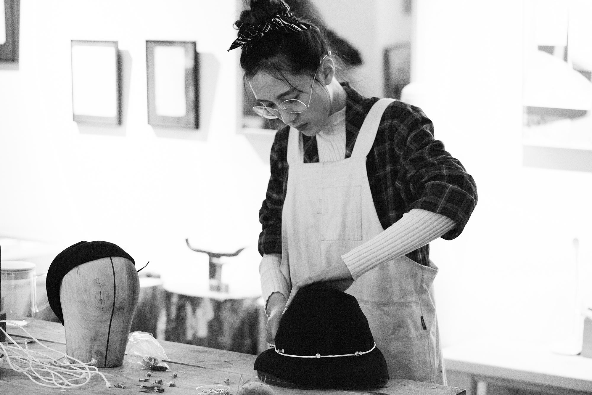 走一条完全自己蹚出来的路:《华丽志》独家专访帽饰品牌SHINE LI创始人李姗&苏文