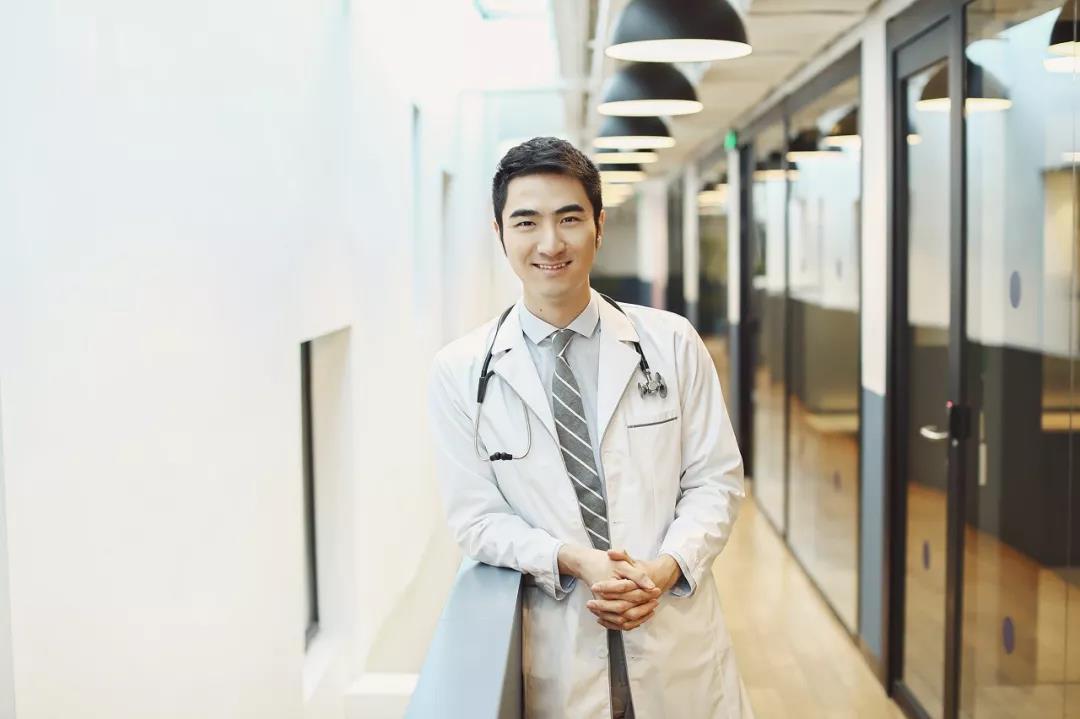 """在美国当医生,回中国创品牌,他要用生物科技解决""""面子问题""""【橙湾学员系列专访】"""
